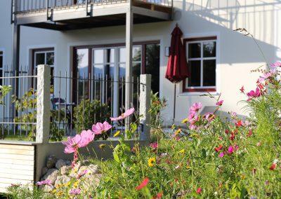 Terrasse mit Sommerblumen